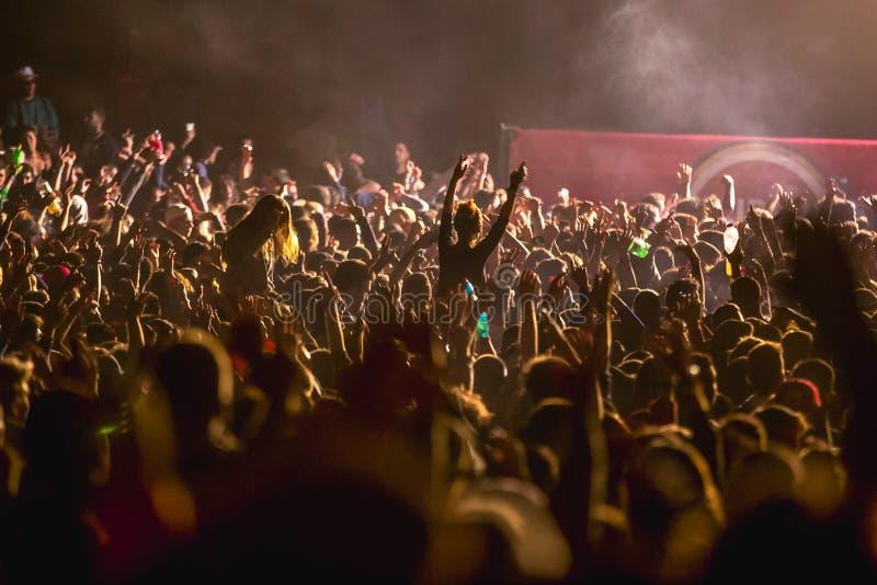 Muchedumbre que anima en el festival de música, adolescencias que se divierten foto de archivo