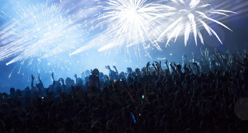 Muchedumbre que anima enorme en el concierto imagen de archivo