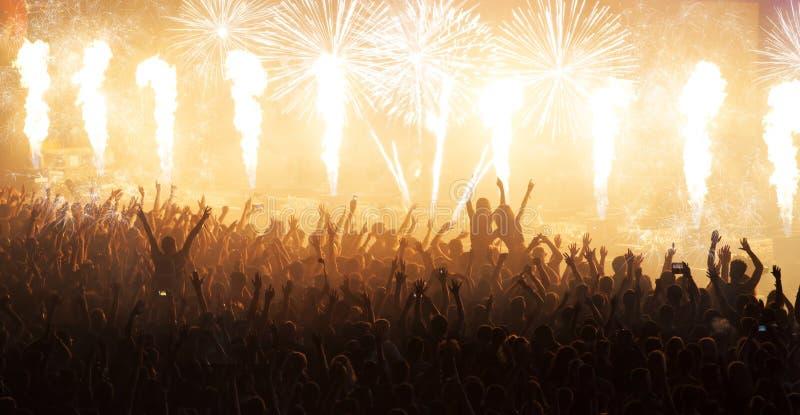Muchedumbre que anima enorme en el concierto fotografía de archivo