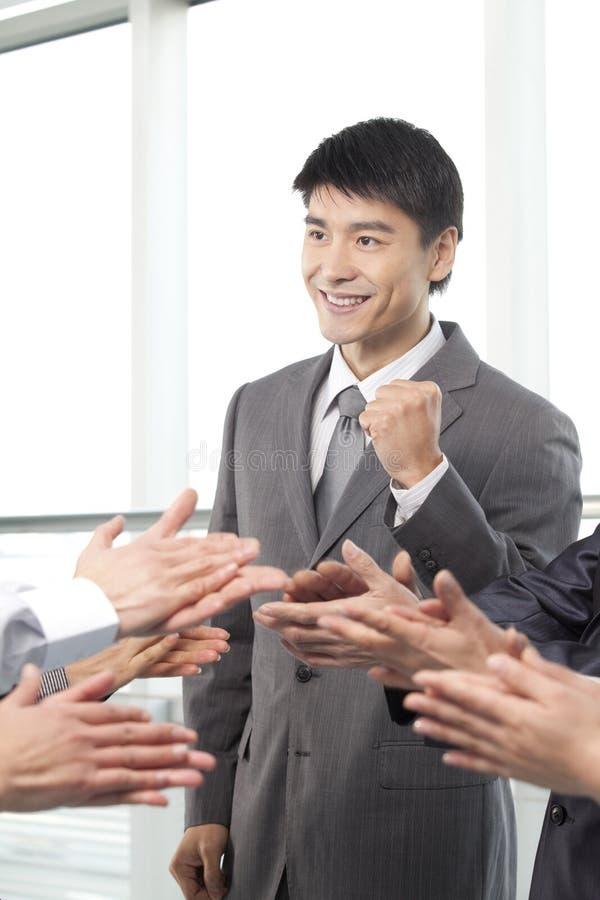 Muchedumbre que aplaude para el hombre de negocios imagen de archivo libre de regalías