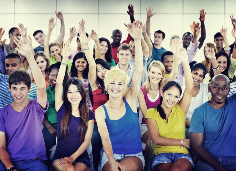 Muchedumbre que aprende celebrando concepto étnico diverso casual imagenes de archivo