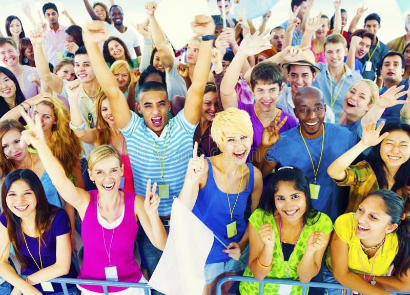Muchedumbre que aprende celebrando concepto étnico diverso casual imagen de archivo
