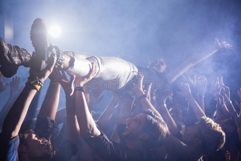 Muchedumbre que practica surf en un concierto foto de archivo