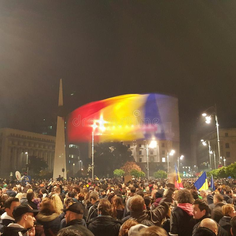 Muchedumbre que protesta en Bucarest imagen de archivo