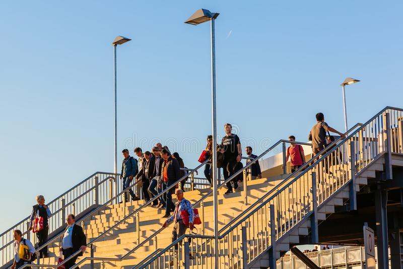 Muchedumbres de gente que camina abajo de las escaleras en el Koelnmesse en Colonia, Alemania fotografía de archivo