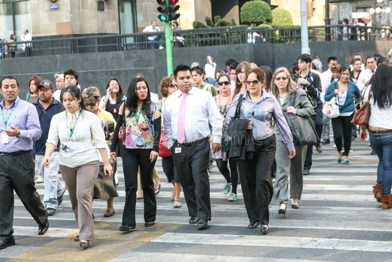 Muchedumbres de gente que cruza la calle cerca del palacio de bellas arte en el centro de Hictorical de Ciudad de México fotografía de archivo
