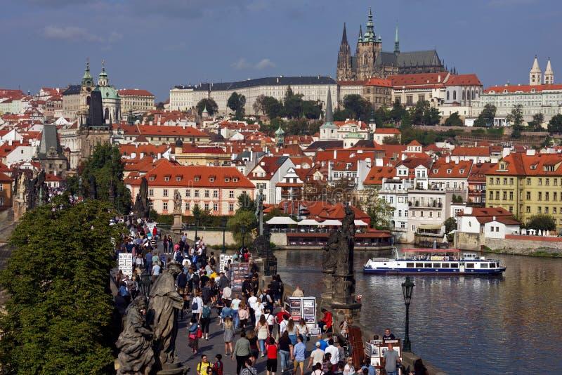 Muchedumbres de turistas en el centro histórico del sitio del patrimonio mundial de la UNESCO de Praga, República Checa fotografía de archivo libre de regalías