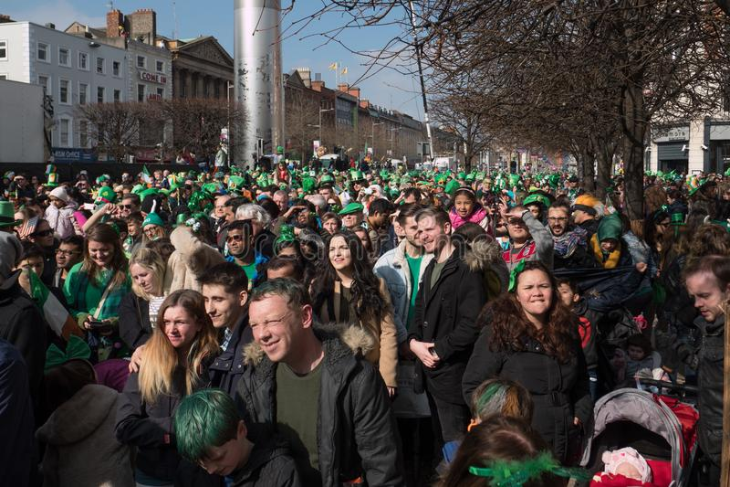 Muchedumbres en la calle en sombreros de copa irlandeses y ropa verde en Dublín, Irlanda el día del ` s de St Patrick fotos de archivo
