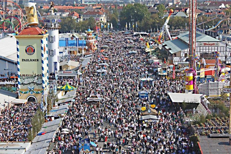 Muchedumbres en Oktoberfest fotografía de archivo