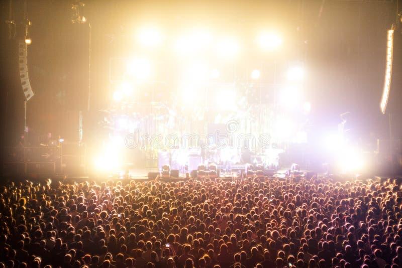 Muchedumbres que animan en un concierto fotos de archivo