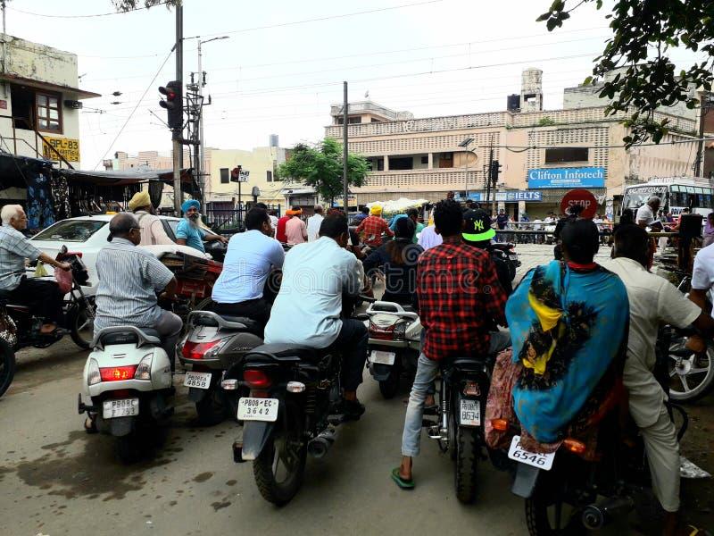 Muchedumbres que esperan la imagen del tren de la India, Punjab imagen de archivo libre de regalías