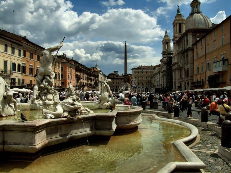 Muchedumbres y fuente en Roma imagenes de archivo