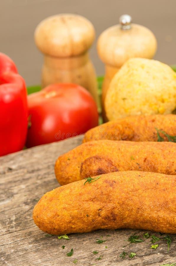 Muchin, een Ecuatoriaans typisch voedsel met een vage tomaat en peper, over een houten lijst stock foto's