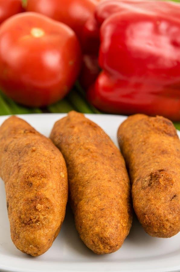 Muchin, een Ecuatoriaans typisch voedsel op een witte plaat met een vage tomaat en peper royalty-vrije stock foto's