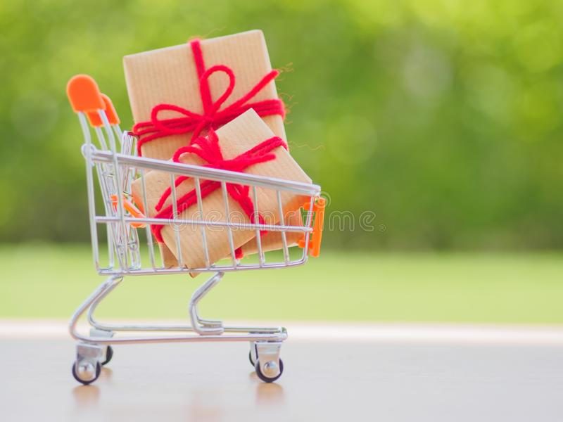 Mucho Año Nuevo y regalos de Navidad o regalos representados en carro de la compra imagen de archivo