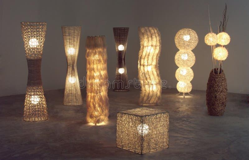 Mucho aligere las lámparas de pie que hicieron de la rota, del bambú y del jacinto de agua secado fotografía de archivo