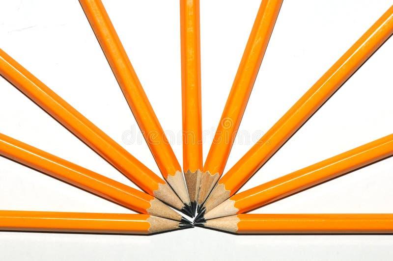 Muchos lápices del amarillo en una forma radial en un fondo blanco foto de archivo libre de regalías