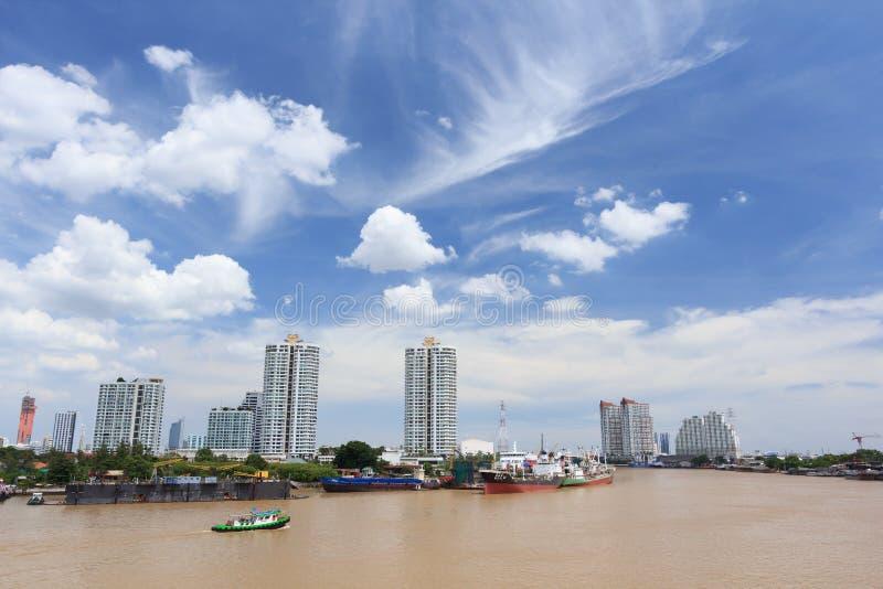 Mucho barco en el río con el cielo hermoso fotos de archivo