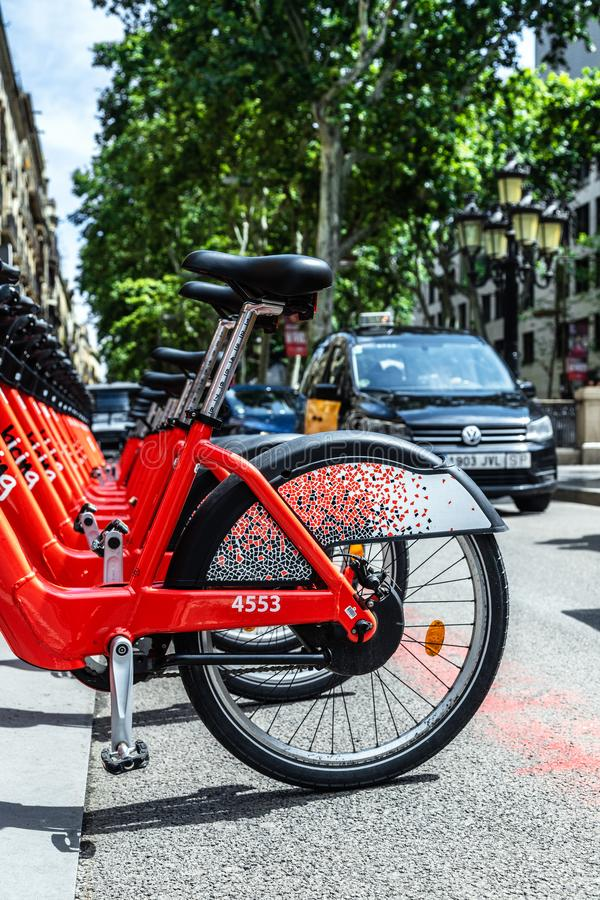 Mucho bicicleta para el alquiler en la avenida central de la 'promenade' de Barcelona foto de archivo