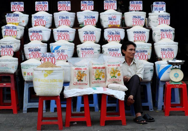 Mucho bolso del arroz con los precios en el mercado al aire libre del granjero fotos de archivo