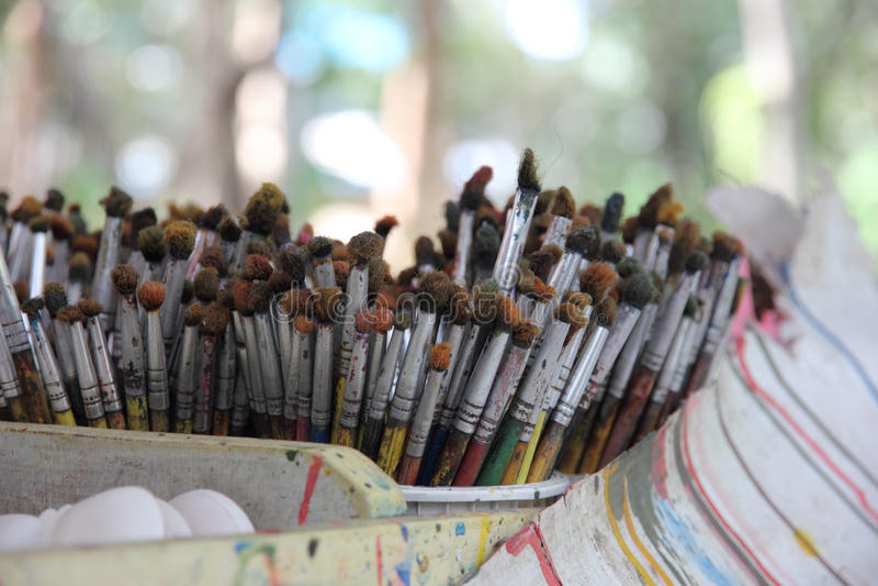 Mucho brocha para la pintura en una taza fotos de archivo