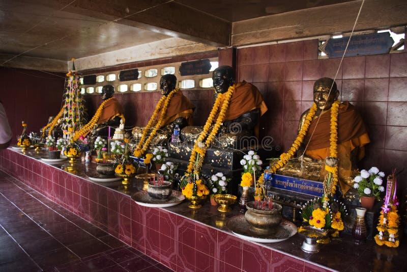 Mucho Buda y dios y ángel y estatua del ermitaño en cueva en Wat Khao Orr foto de archivo