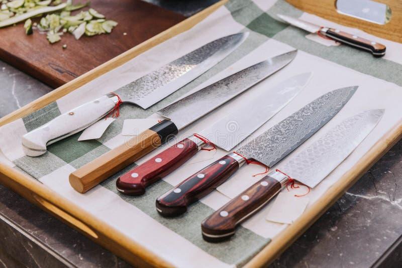 Mucho clase de cuchillos de cocina japoneses Sharpen con el precio vacío imagen de archivo libre de regalías