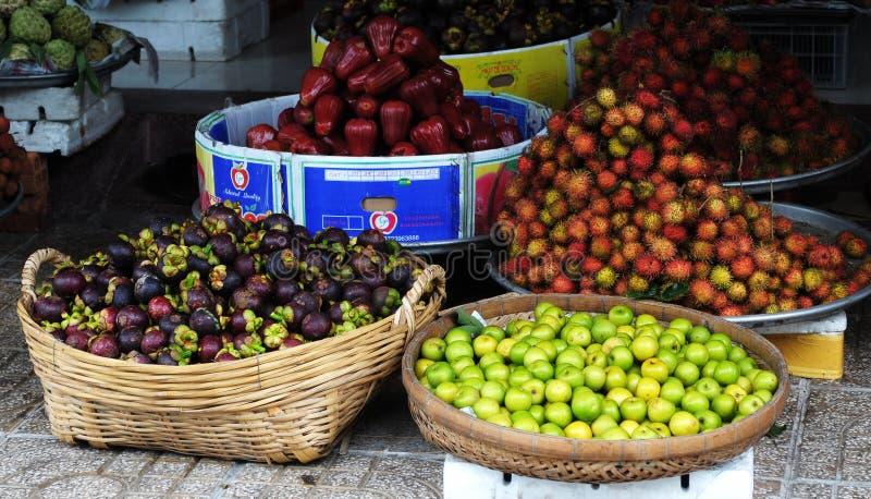 Mucho clase de frutas tropicales en el mercado en Vinhlong, Vietnam fotos de archivo