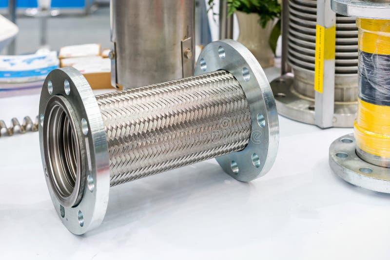 Mucho clase de manguera flexible de acero inoxidable y de reborde para el sistema alto y medio de la temperatura o de la presi?n  fotografía de archivo