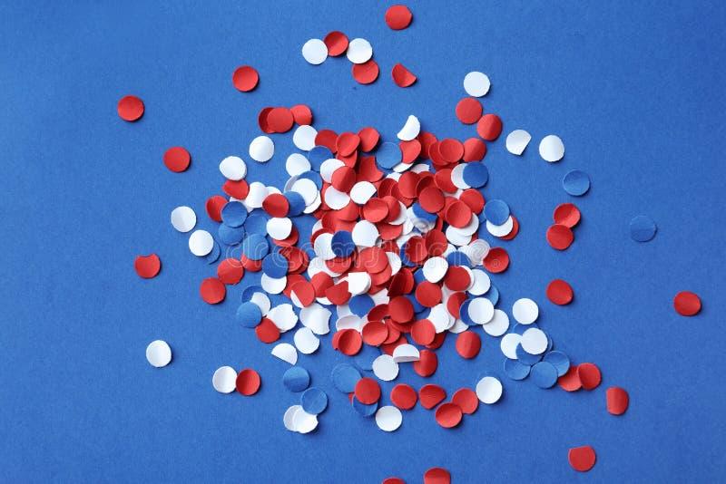 Mucho confeti brillante en el fondo del color, Día de la Independencia de los E.E.U.U. fotografía de archivo libre de regalías
