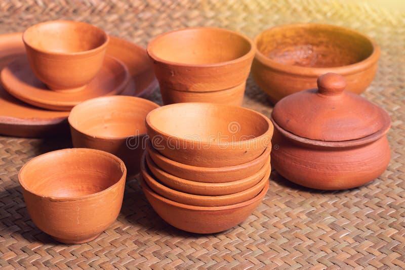 Mucho cuenco de la cerámica de diversos estilos en la tienda fotografía de archivo