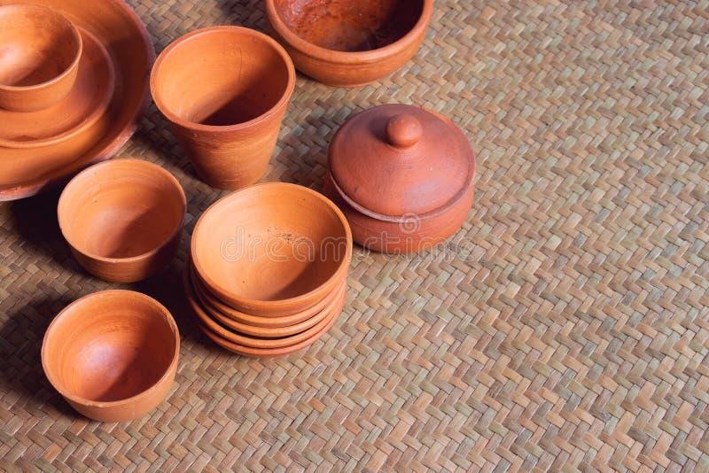 Mucho cuenco de la cerámica de diversos estilos en la tienda foto de archivo