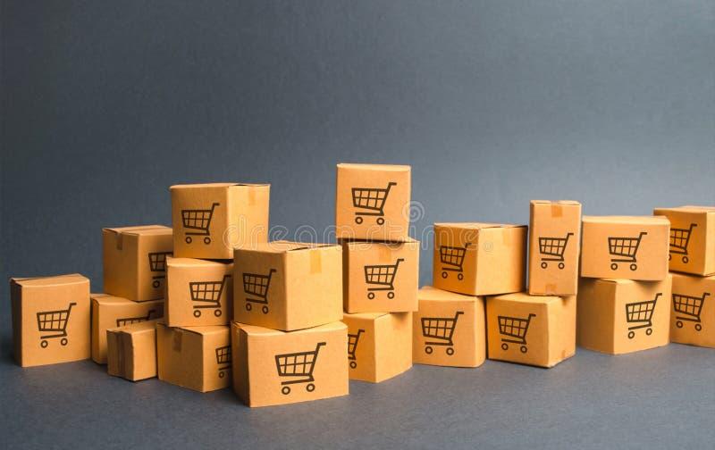 Mucho dibujo del boxeswith de la cartulina de carros de la compra productos, mercancías, Warehouse, acción Comercio y venta al po fotografía de archivo