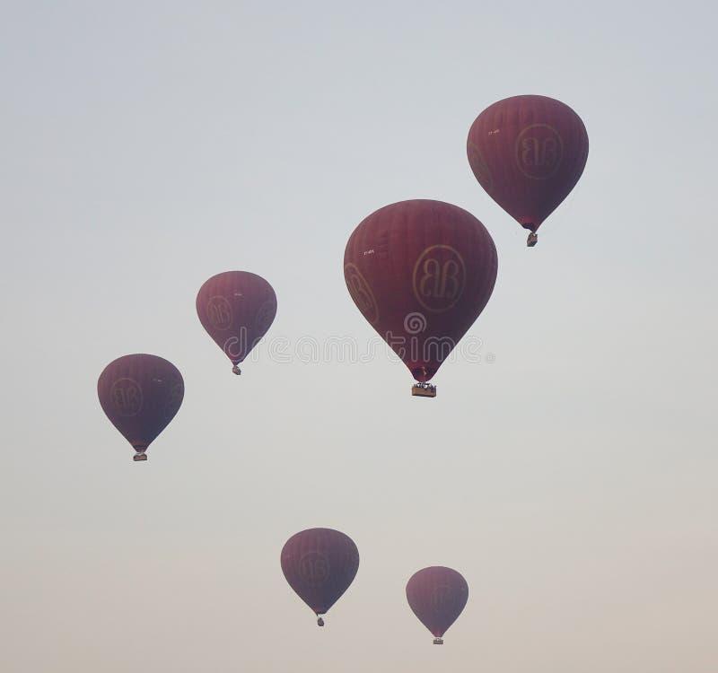 Mucho el aire caliente hincha volar sobre los templos en Bagan, Myanmar imagenes de archivo