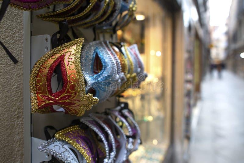 Mucho el estilo veneciano colorido enmascara recuerdos en Venecia, Italia máscaras en una tienda de souvenirs en la calle de Vene fotos de archivo