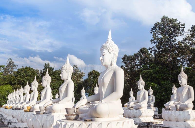 Mucho estatua blanca grande de Buda que se sienta en templo tailandés foto de archivo libre de regalías