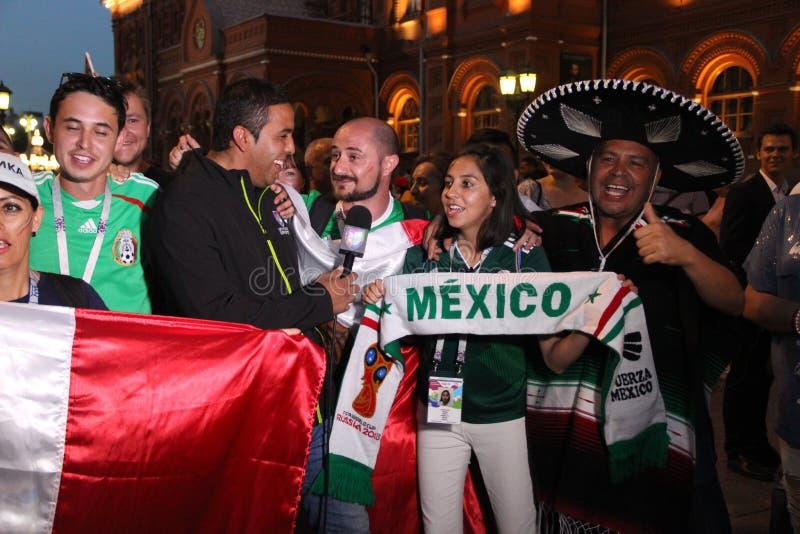 Mucho la televisión mexicana, es retransmisión en directo en la TV con las fans en el mundial en Moscú fotografía de archivo