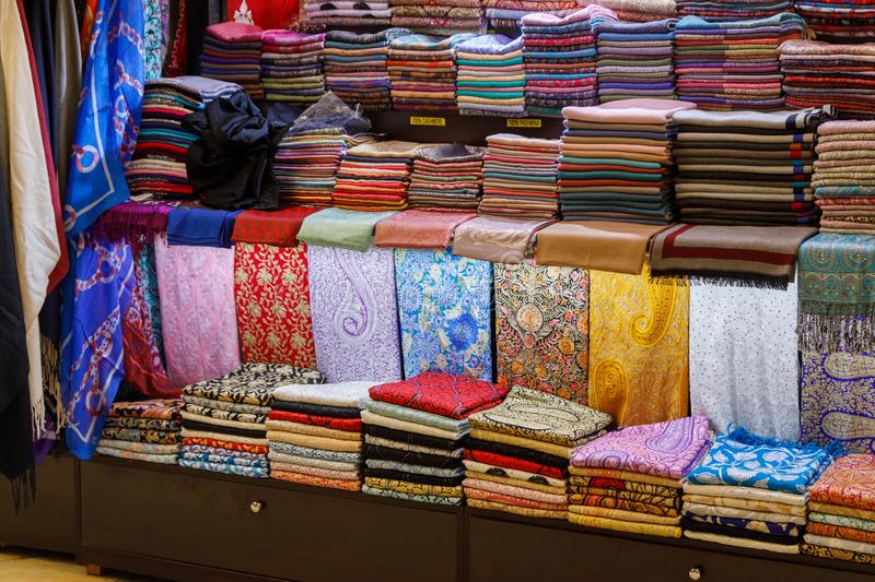 Mucho mantón hecho a mano hermoso del pashmina está en el contador de la tienda imagen de archivo libre de regalías