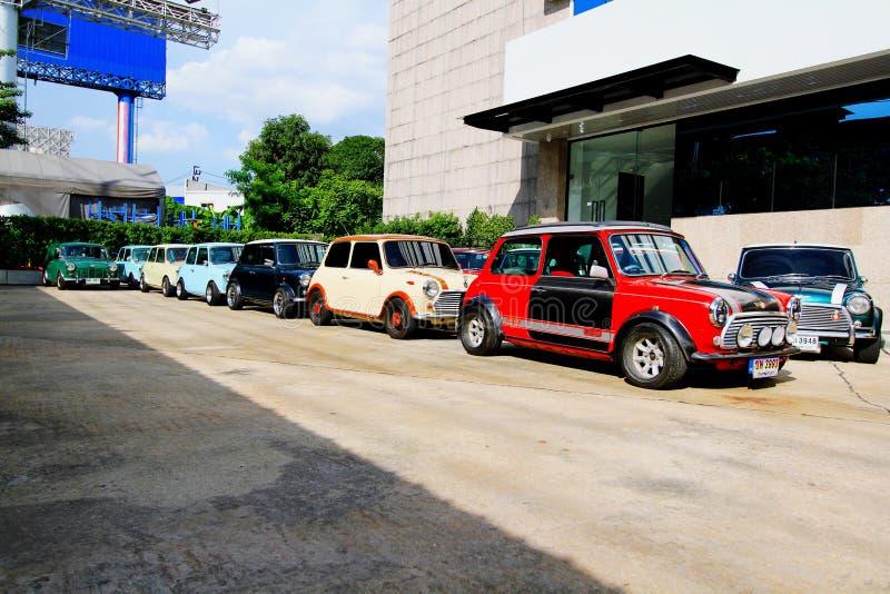 Mucho Mini Austin clásico o mini estacionamiento del tonelero en la calle para la reunión del mini club de la familia de Tailandi imagen de archivo
