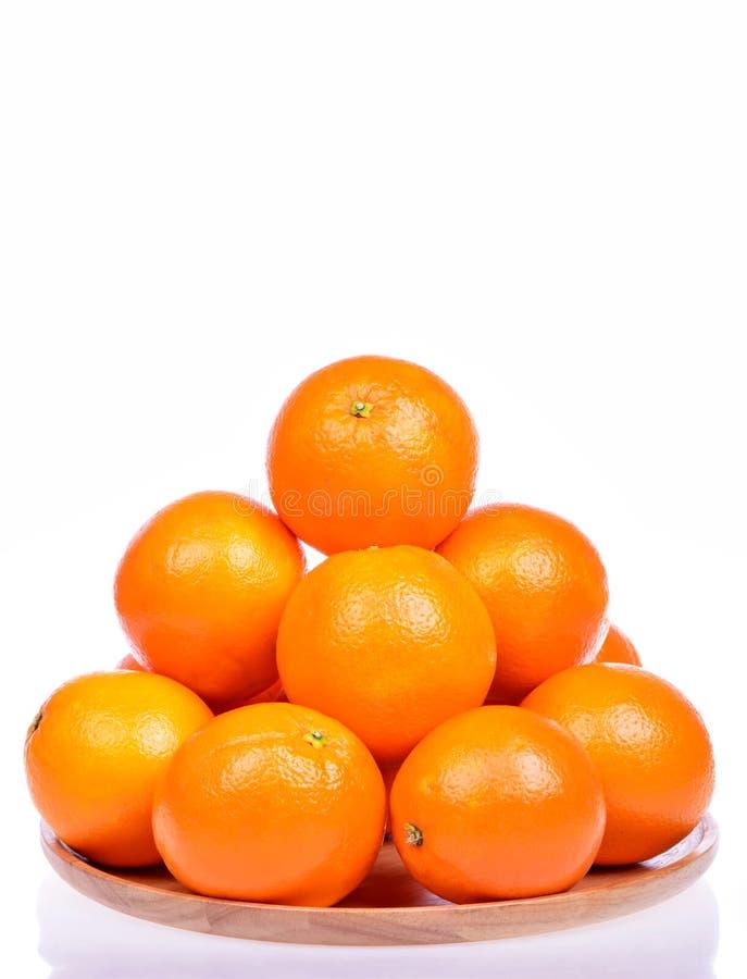 Mucho naranja cruda fresca aislada en blanco fotos de archivo