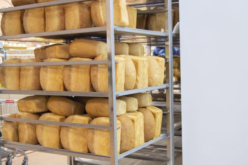 Mucho pan fresco confeccionado en una mini panadería, estantes del pan caliente, negocio de la panadería, espacio para el texto fotografía de archivo libre de regalías