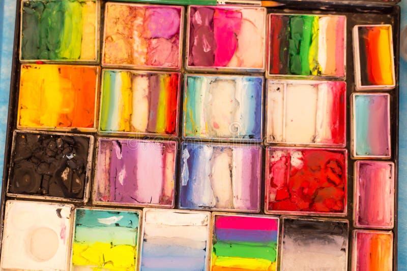 Mucho pintura del color en la paleta del artista Fondo colorido del extracto del primer foto de archivo
