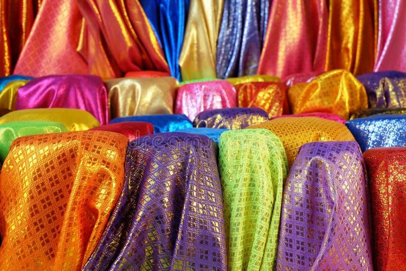 Mucho seda tailandesa colorida con color del modelo del oro imagen de archivo
