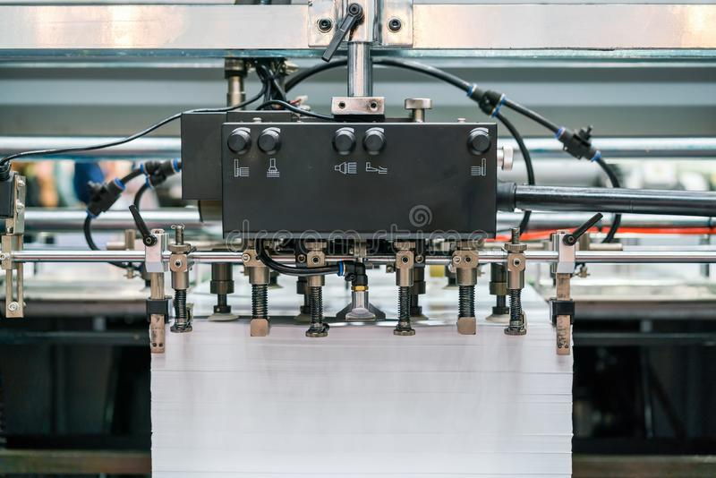 Mucho sistema de succión de la unidad del papel y de la fuente en moderno y alta tecnología de la publicación o de la impresora a foto de archivo libre de regalías