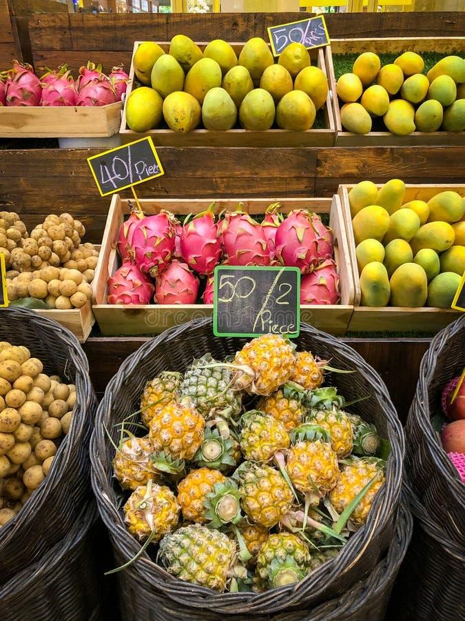 Mucho tipo de frutas tailandesas con precio en el mercado imagen de archivo