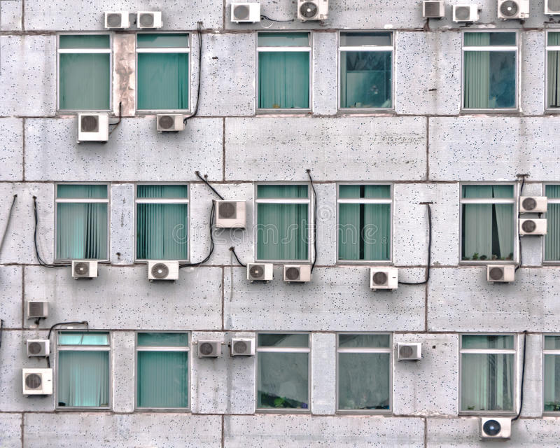 Muchos acondicionadores de aire en la pared fotografía de archivo