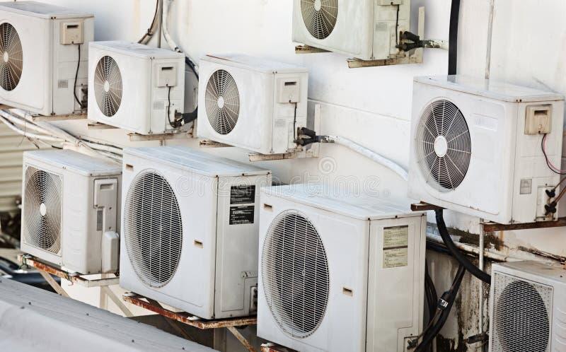 Muchos acondicionadores de aire más viejos en la pared fotos de archivo libres de regalías