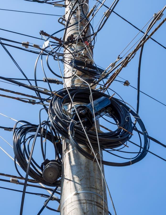 Muchos alambres son confusos en un pilar concreto foto de archivo libre de regalías