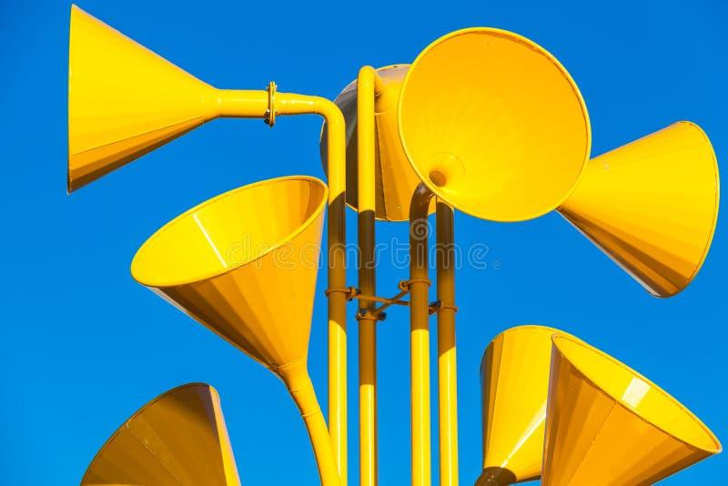 Muchos altavoces amarillos brillantes imágenes de archivo libres de regalías