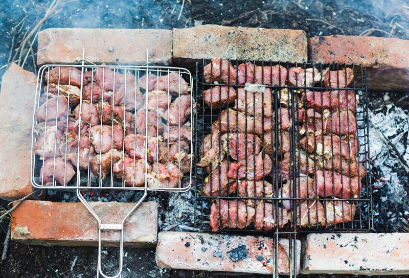 Muchos asan pedazos de la carne en una parrilla fotografía de archivo libre de regalías